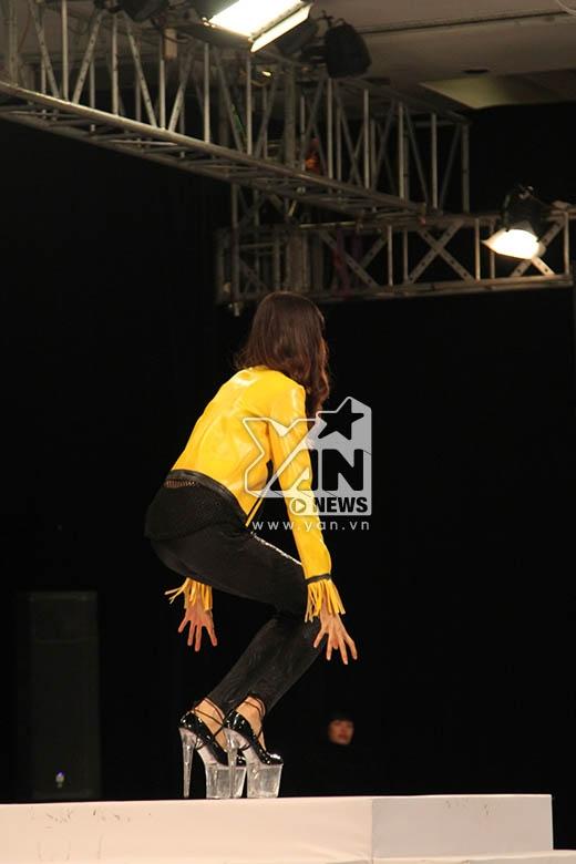 Đặc biệt, phần trình diễn của cô gái sở hữu chiều cao khủng 1m90 Lương Thị Hồng Xuân khiến người xem phải nghẹt thở khi cô liên tục vấp ngã trên sàn diễn. Nhưng với lòng quyết tâm cùng sự cổ vũ nhiệt tình từ phía khán giả, cô gái sinh năm 1996 cũng đã hoàn thành được phần thi của mình.