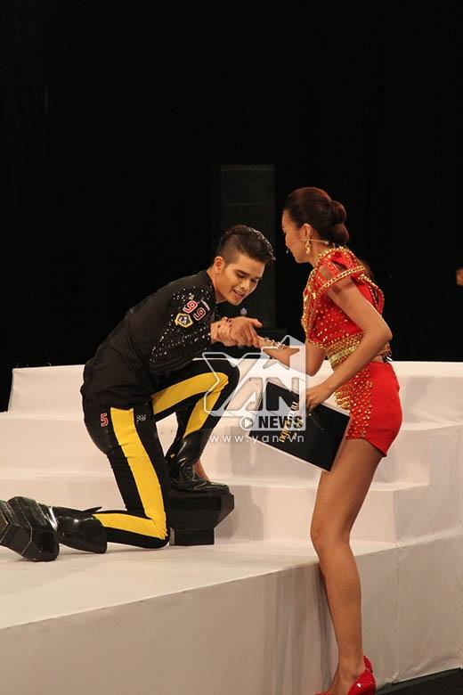 Thí sinh K'Brơi phải được sự giúp đỡ của Thanh Hằng để tiếp tục phần trình diễn.