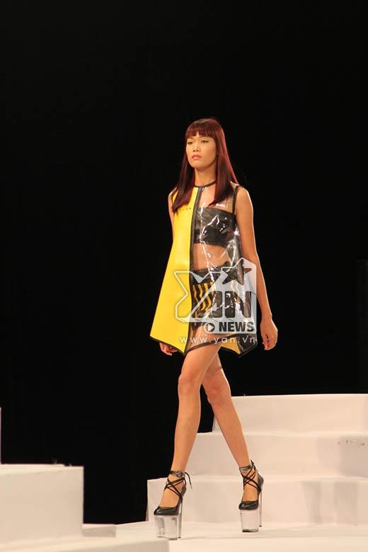 Trong phần thử thách này, chiến thắng đã thuộc về thí sinh Nguyễn Thị Hợp với thần thái biểu diễn cùng những bước catwalk chuẩn xác.