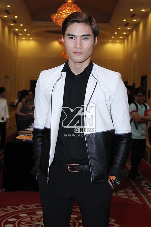 Quang Hùng lịch lãm nhưng khá lạ mắt với vest đen, trắng.