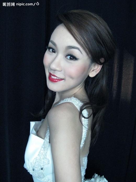 Cựu hoa hậu Hong Kong Dương Tư Kỳ bị chột mắt vì kính áp tròng