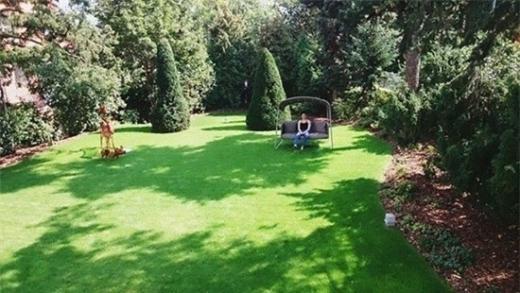 Khu sân vườn vô cùng rộng rãi thoáng đãng. Thu Minh có thể nghỉ ngơi, thư giãn và đi dạo trong khu vườn nhà mình. - Tin sao Viet - Tin tuc sao Viet - Scandal sao Viet - Tin tuc cua Sao - Tin cua Sao