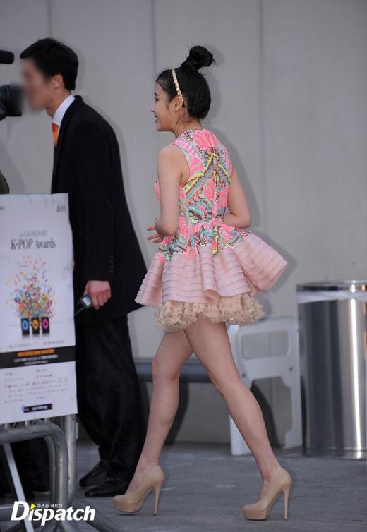 IU không chỉ hát hay, khả năng diễn xuất tài năng, mà cô còn sở hữu đôi chân dài không tì vết.