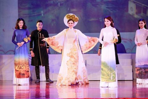 Hoa hậu Diễm Hương xuất hiện trên sân khấu với vị trí vedette trình diễn BST áo dài Hồn Việt của NTK Anh Kiệt. - Tin sao Viet - Tin tuc sao Viet - Scandal sao Viet - Tin tuc cua Sao - Tin cua Sao