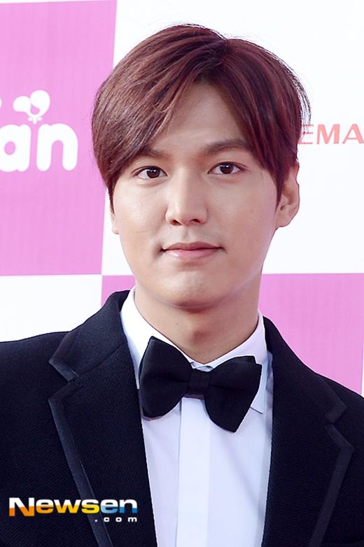 Lee Min Ho phong độ nhận giải thưởng lớn bên Moon Chae Won