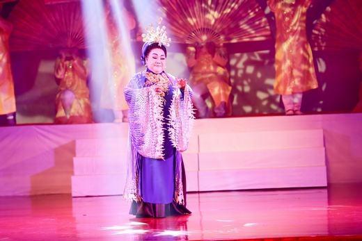 Riêng NSND Ngọc Giàu, với bản lĩnh hơn 60 năm đứng trên sân khấu, bà đã mang lại nhiều cảm xúc cho khán giả khi liên tục diễn lại những nhân vật để đời rất có duyên, nhất là trong các vai hài. - Tin sao Viet - Tin tuc sao Viet - Scandal sao Viet - Tin tuc cua Sao - Tin cua Sao
