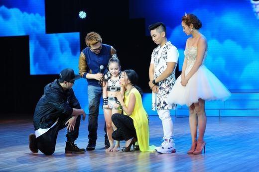 Cũng không chờ đợi lâu, Đoan Trang lên tận sân khấu để ôm và trò chuyện với Minh Châu. - Tin sao Viet - Tin tuc sao Viet - Scandal sao Viet - Tin tuc cua Sao - Tin cua Sao