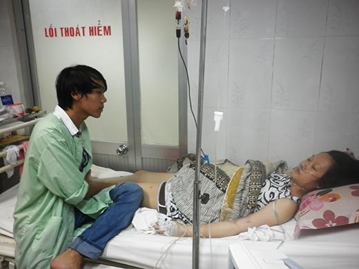 Anh Vương hằng ngày vẫn cố gắng chăm sóc tận tình cho vợ.