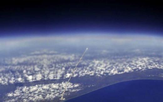Tàu con thoi Atlantis được phóng lên nhìn từ trạm không gian ISS.