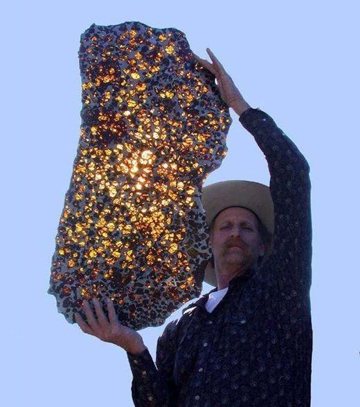 Còn đây là một tảng đá có nguồn gốc từ vũ trụ.