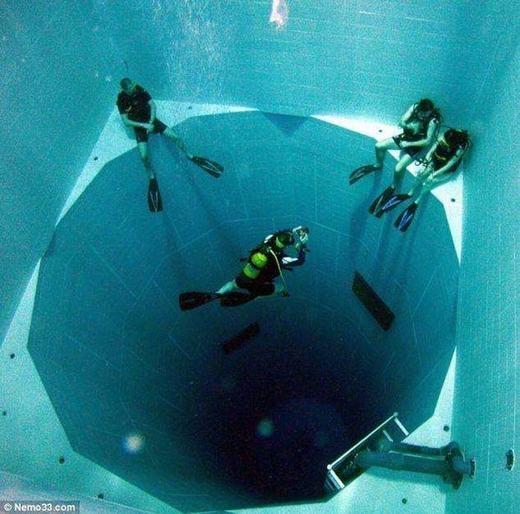 Chiếc hồ bơi sâu 34 mét, được xem là hồ bơi sâu nhất thế giới.