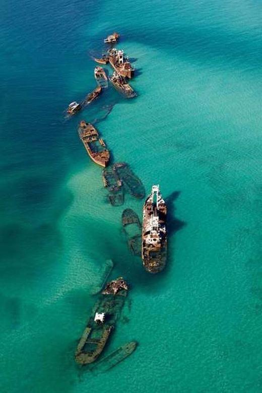 Những con tàu cũ được con người nhấn chìm nhằm mục đích chắn sóng ở gần Brisbane, Australia.