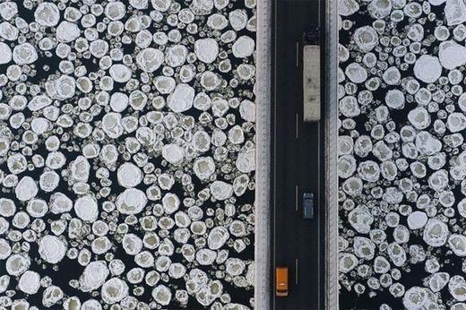 Cảnh trên không của một cây cầu, phía dưới là các tảng băng đang trôi.