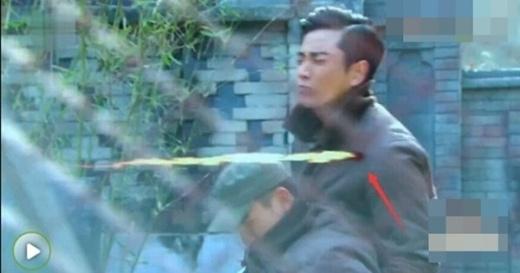Ở một phân cảnh trong Vẫn cứ thích em, Hạng Hạo (Giả Nãi Lượng) bị trúng đạn... Thế nhưng ở cảnh quay sau đó, trên người anh hoàn toàn không có vết thương.
