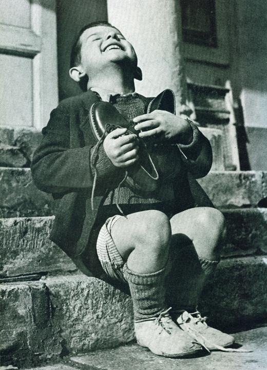 Sự hạnh phúc của cậu bé 6 tuổi, người Áo sống ở viện mồ côi khi nhận được một đôi giày mới từ Hội chữ thập đỏ Mỹ vào năm 1946. Một niềm vui đơn giản đã lay động được trái tim của hàng triệu người khi bức ảnh của phóng viên Gerald Waller được công bố.