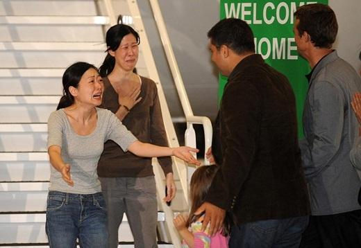 Hai nhà báo Euna Lee và Laura Ling bị bắt giam ở Bắc Triều Tiên và kết án 12 năm lao động khổ sai. Sau đó, Mỹ đã can thiệp vào. Cuối cùng cả hai người đã được đoàn tụ với gia đình mình ở California chỉ sau vài tháng.