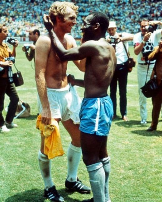 Đội trưởng đội tuyển Anh Bobby Moore và cầu thủ da đen huyền thoại Pele trao đổi áo đấu với nhau sau trận đấu ở World Cup năm 1970 được xem là bức ảnh giúp góp phần đẩy lùi nạn phân biệt chủng tộc trên toàn thế giới.