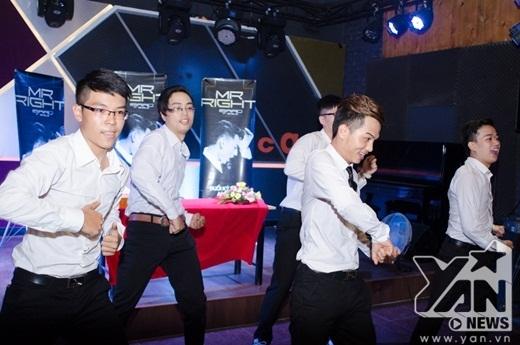 Màn kết hợp giữa các fan và vũ đoàn thể hiện tiết mục dance cover các ca khúc đình đám của Isaac mở đầu buổi kí tặng. - Tin sao Viet - Tin tuc sao Viet - Scandal sao Viet - Tin tuc cua Sao - Tin cua Sao