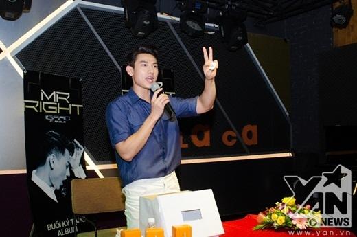 Isaac bảnh bao đi taxi tới kí đĩa cho người hâm mộ - Tin sao Viet - Tin tuc sao Viet - Scandal sao Viet - Tin tuc cua Sao - Tin cua Sao