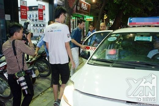 Không cầu kì như nhiều người nổi tiếng khác, Isaac tạo nhiều thiện cảm khi di chuyển bằng taxi tới địa điểm kí tặng. - Tin sao Viet - Tin tuc sao Viet - Scandal sao Viet - Tin tuc cua Sao - Tin cua Sao