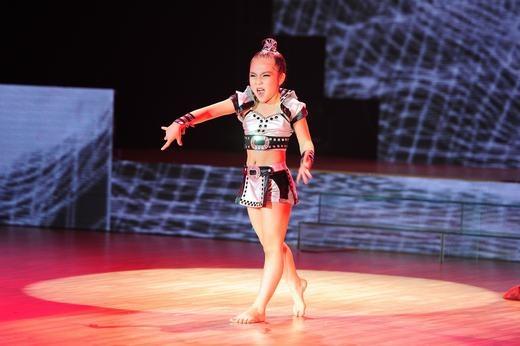 Bé Minh Châu, 7 tuổi với bài nhảy Vũ điệu cồng chiêng. - Tin sao Viet - Tin tuc sao Viet - Scandal sao Viet - Tin tuc cua Sao - Tin cua Sao