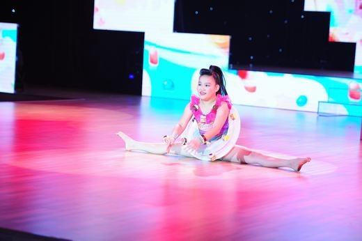Cô bé mũm mĩm Uyên Nhi, 10 tuổi cũng lựa chọn hiphop kết hợp với nhảy hiện đại và dance-sport trên nền nhạc Vũ điệu cồng chiêng. - Tin sao Viet - Tin tuc sao Viet - Scandal sao Viet - Tin tuc cua Sao - Tin cua Sao