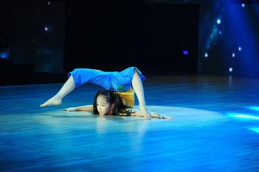 Cô bé học múa 6 năm Bảo Anh được Phan Hiển dạy nhảy trên sân khấu. - Tin sao Viet - Tin tuc sao Viet - Scandal sao Viet - Tin tuc cua Sao - Tin cua Sao