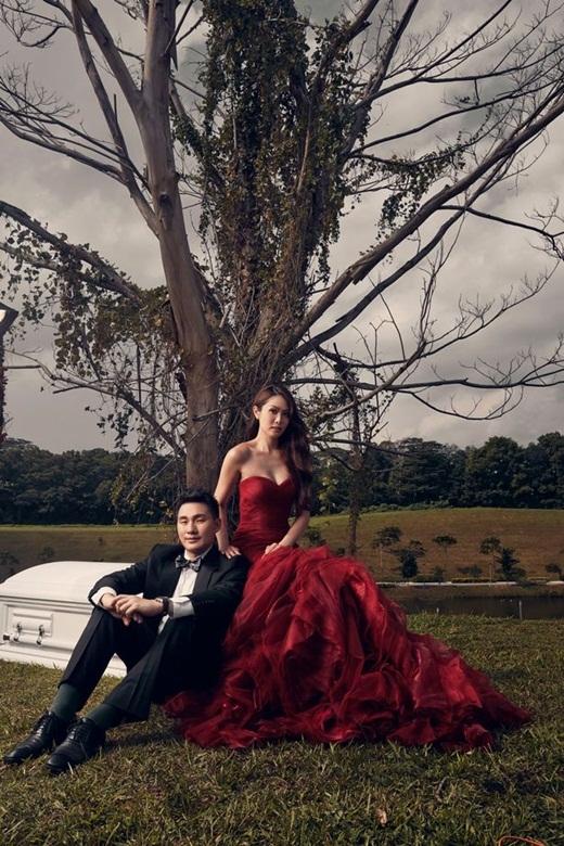 Giật mình với loạt ảnh cưới đầy hạnh phúc cạnh... quan tài