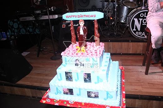 Chiếc bánh kem mừng sinh nhật lần thứ 26 của Jun Phạm (365) do các bạn trong FC chuẩn bị. - Tin sao Viet - Tin tuc sao Viet - Scandal sao Viet - Tin tuc cua Sao - Tin cua Sao