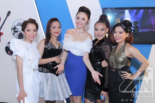 Nữ giám khảo xinh đẹp chụp ảnh kỉ niệm cùng các bạn thí sinh. - Tin sao Viet - Tin tuc sao Viet - Scandal sao Viet - Tin tuc cua Sao - Tin cua Sao