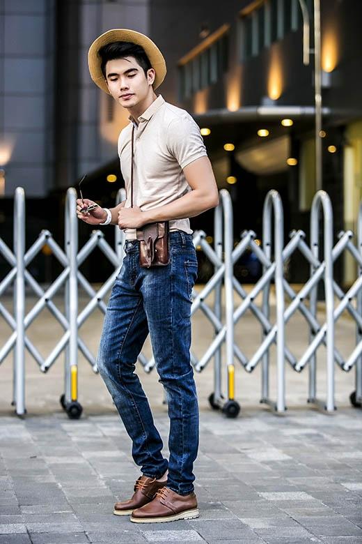 Phụ kiện bằng chất liệu da với tông màu nâu đất cổ điển đã mang đến sự mới lạ, cá tính cho việc kết hợp giữa áo phông cổ tròn đơn sắc cùng quần jeans xanh ống suông.