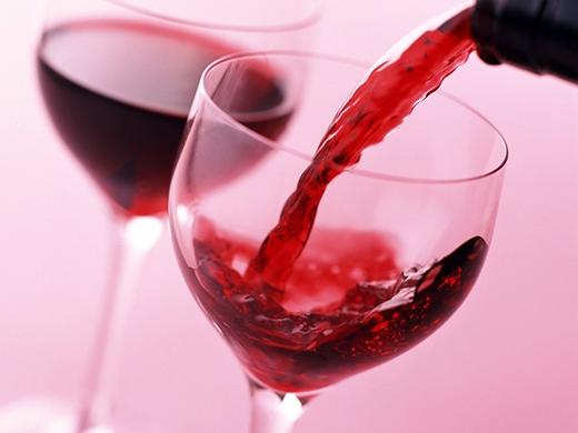 Trong trường hợp tiệc tùng, bạn nên sử dụng rượu vang đỏ để tránh bị béo bụng.
