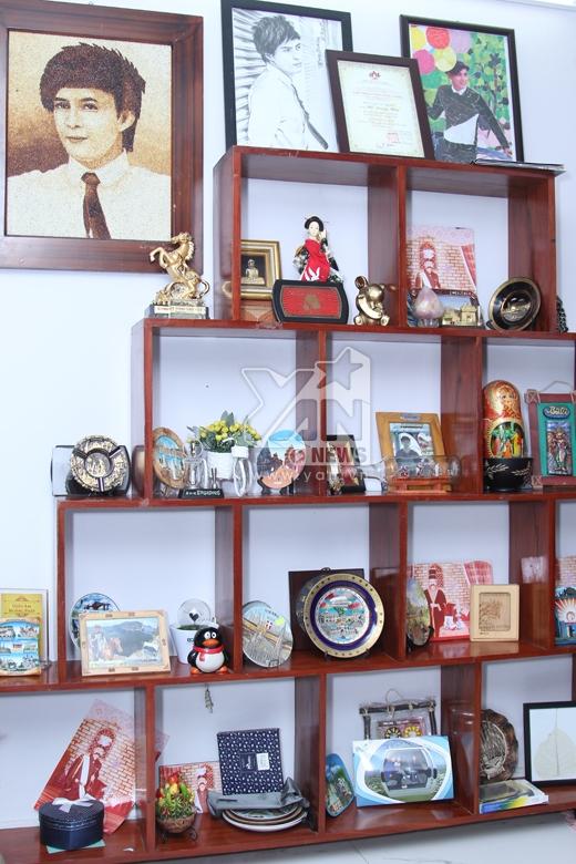 Hồ Quang Hiếu dành riêng một chiếc kệ để trưng bày những món quà lưu niệm sau mỗi chuyến đi du lịch. Bên cạnh đó, còn có quà của người hâm mộ dành tặng cho anh. - Tin sao Viet - Tin tuc sao Viet - Scandal sao Viet - Tin tuc cua Sao - Tin cua Sao