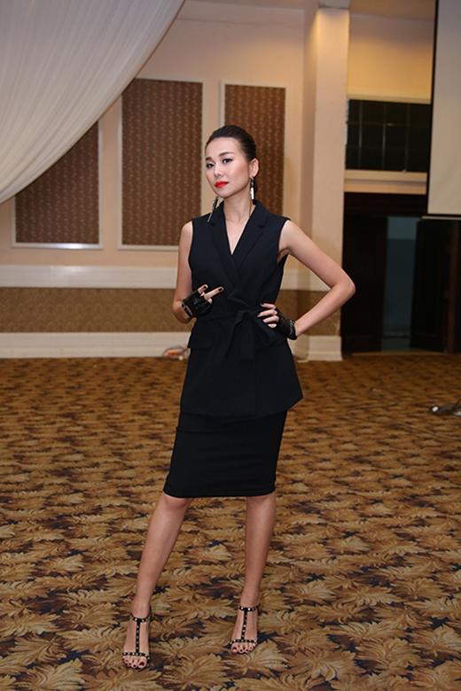 Ngay sau đó, cô thay đổi một bộ trang phục kết hợp giữa chiếc áo vest không tay phom dài cách điệu cùng chân váy bút chì. Thiết kế lấy sắc đen làm tông màu chủ đạo góp phần tăng thêm vẻ sang trọng, quí phái.