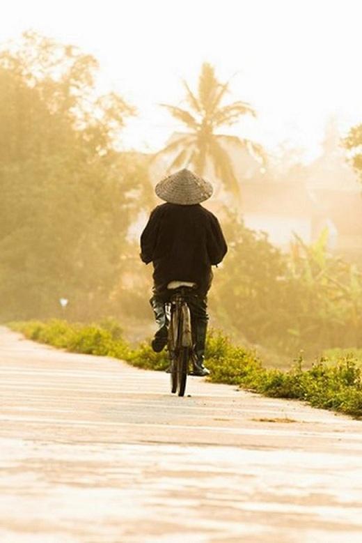 Đường quê ngập tràn nắng vàng với bóng người đội nón lá, trên chiếc xe đạp nhỏ liêu xiêu là một vẻ đẹp rất khác so với những gì người ta được biết về Hội An.