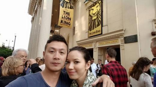 Hai vợ chồng nam MC đi xem show diễn vở kịch The Lion King nổi tiếng. - Tin sao Viet - Tin tuc sao Viet - Scandal sao Viet - Tin tuc cua Sao - Tin cua Sao