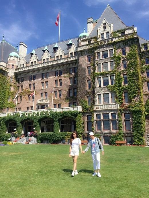 Người đẹp có cơ hội được chụp trước tòa lâu đài nguy nga, tráng lệ tại Vancouver, Canada.