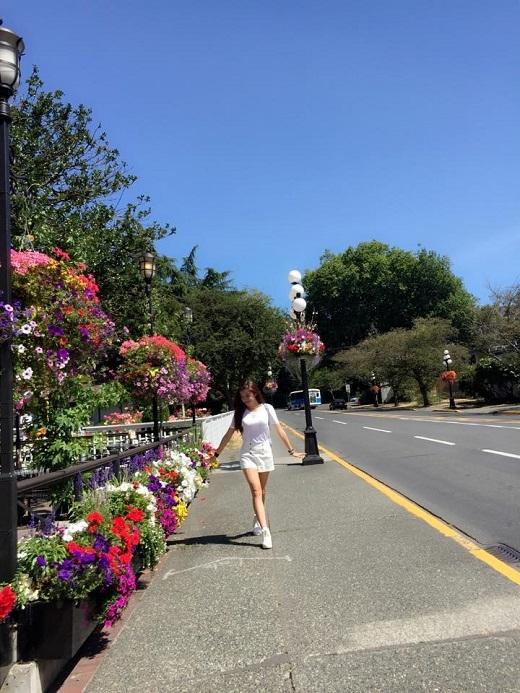 Á hậu Việt Nam 2014 rạng rỡ trên đường phố Vancouver.