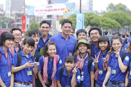Bình Minh chụp ảnh cùng các bạn sinh viên tình nguyện. - Tin sao Viet - Tin tuc sao Viet - Scandal sao Viet - Tin tuc cua Sao - Tin cua Sao