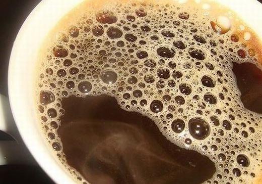 Uống cà phê cũng có thể giúp bạn biết được thời tiết. Áp suất khí quyển ảnh hưởng đến các bong bóng trong li cà phê và nếu bạn thấy bong bóng ở giữa li thì nhiều khả năng mưa bão sắp tới.