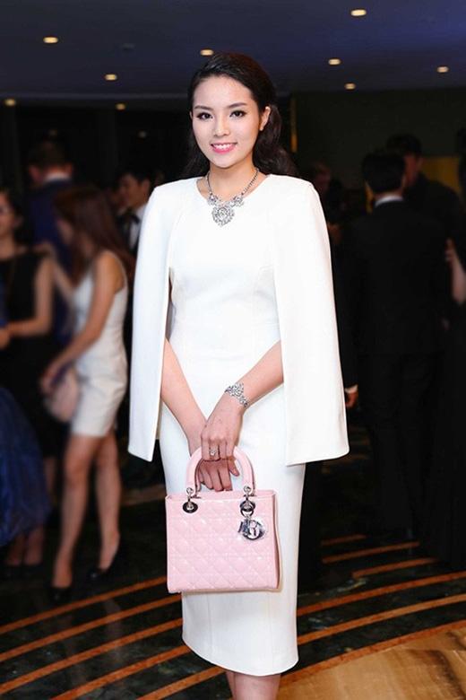 Thanh Hằng, Hồ Ngọc Hà, hoa hậu Kỳ Duyên cùng ghi điểm với thiết kế tay cape tông trắng nhẹ nhàng, thanh lịch.