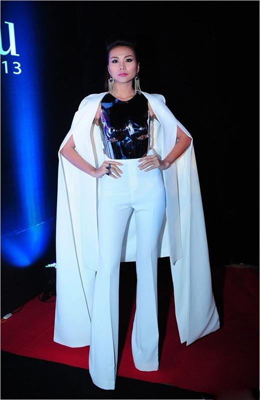 Chân dài 1m12 Thanh Hằng từng gây ấn tượng trong đêm chung kết Người mẫu Việt Nam - Vietnam's Next Top Model 2013 khi diện chiếc áo ôm sát được thực hiện hoàn toàn bằng kim loại kết hợp cùng quần ống loe cạp cao và áo choàng tay cape.