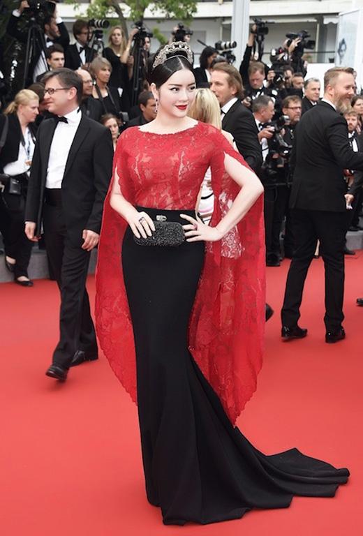 Những thiết kế với phần tay áo hợp mốt này cũng được Lý Nhã Kỳ liên tục chọn diện trên thảm đỏ Liên hoan Phim Cannes 2015 tại Pháp.