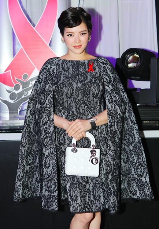 Hình ảnh của quý cô cổ điển, thanh lịch trong chiếc váy tay cape họa tiết thực hiện trên nền chất liệu ren ép.