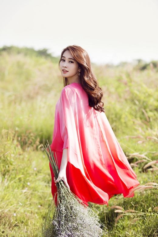 Chất liệu voan lụa mềm mại cùng sắc hồng nữ tính thể hiện trọn vẹn nét đẹp mỏng manh, dịu dàng của Hoa hậu Đặng Thu Thảo.