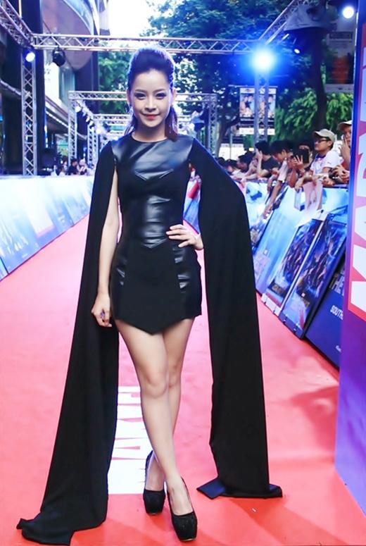 Phần tay cape quá dài khiến cho bộ váy của Chi Pu trở nên không cân đối.