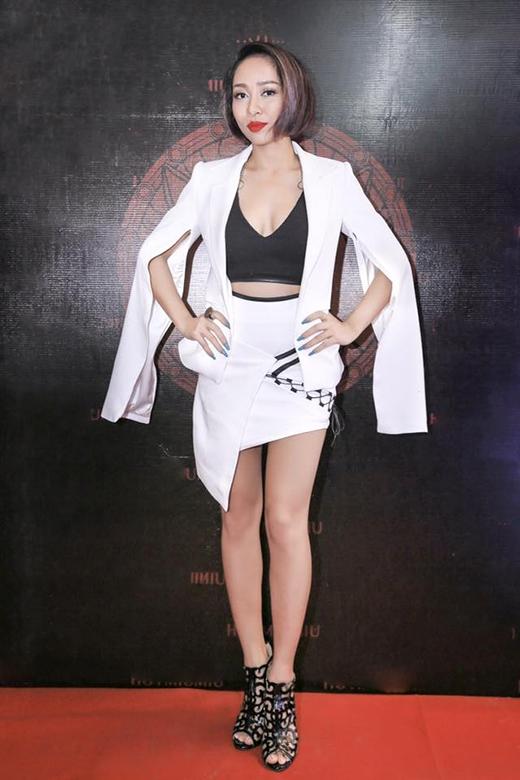 Chiếc áo khoác với phần tay cape thanh lịch không mấy phù hợp với bộ trang phục cá tính, mạnh mẽ bên trong của nữ ca sĩ Thảo Trang.