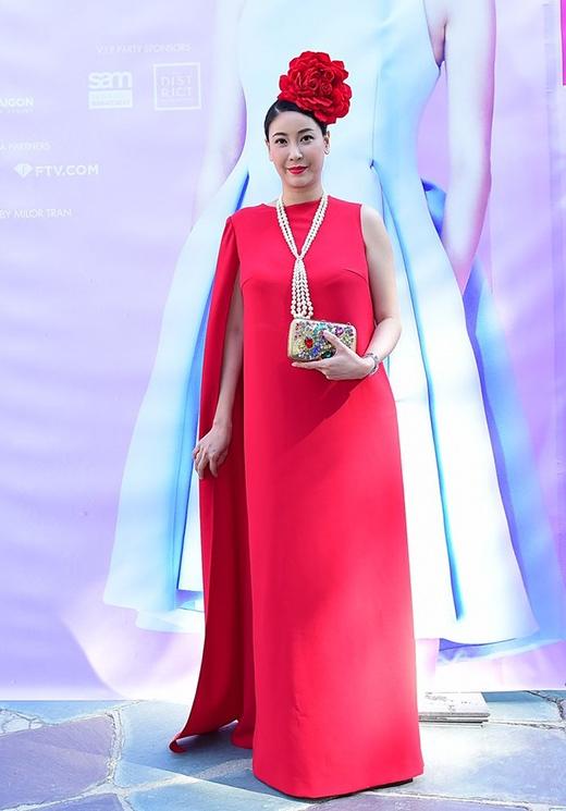 Cơ thể của hoa hậu Hà Kiều Anh phình to bất thường trong bộ váy suông rộng với phần tay cape một bên.