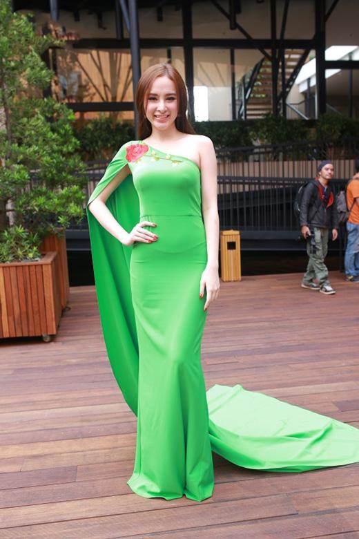 Trong khi đó, bộ váy của Angela Phương Trinh lại trông khá quê mùa bởi tông xanh lỗi mốt.