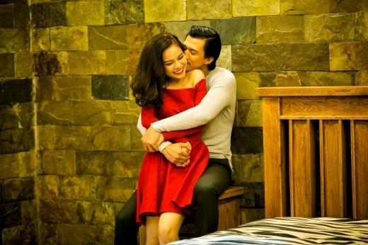 Hình ảnh tình cảm của Giang Hồng Ngọc và bạn diễn trong MV mới Giây phút cuối.